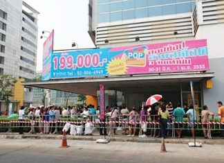Potential investors queue up to buy the 214 shops put on sale by Bangkok Land in Muang Thong Thani.
