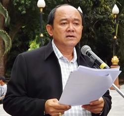 Nongprue Deputy Mayor Anak Patanangam, representing the Ryser family, reads the obituary.