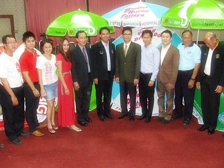 A group of tourism-related businesses have donated thousands of beach benches and umbrellas to Pattaya.