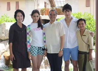 The Centara Grand Mirage Beach Resort Pattaya, led by GM Andre Brulhart (centre), Usa Pookpant (left), PR Manager and Ratchamas Muksriprasert (right), Manager of SPA Cenvaree welcomed actors Dome-Pakorn Lam (2nd right), and Mai-Davika Hoorne (2nd left) who were at the resort recently for the shooting of Tawan Torsaeng TV series.
