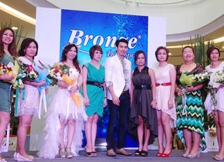 Bronze Day Spa Institute under the management of the Pinkline Enterprise organized a special 'Big Thank You Big Surprise Big Party' for their loyal customers highlighting hand spa by wax paraffin treatment, free medical check-ups by aura radiation, and a free buffet recently. The celebrations were held at the Promotion Ground Floor Central Plaza Chonburi attended by many celebrities.