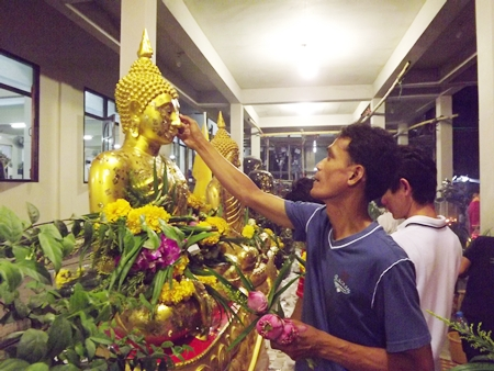 At Wat Nong Or, Central Pattaya, apart from performing the Wien Thien ceremony, citizens could paste gold papers on Lord Buddha's statue.