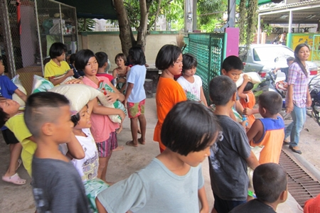 The children use different techniques to unload the rice.