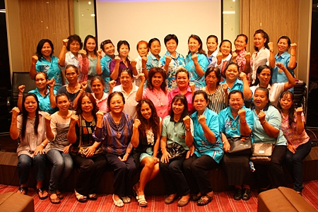 Naowarat Khakhay (back row, 6th from right) and representatives from various communities in Pattaya City pose for a group picture with the committee of Thai Women Empowerment Funds and officers of Pattaya Social Welfare.