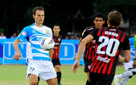 Dolphin's defender Marián Juhás, left, wins the ball against Muang Thong United players at the Nongprue Stadium in Pattaya, Sunday, June 3. (Photo/Pattaya United)