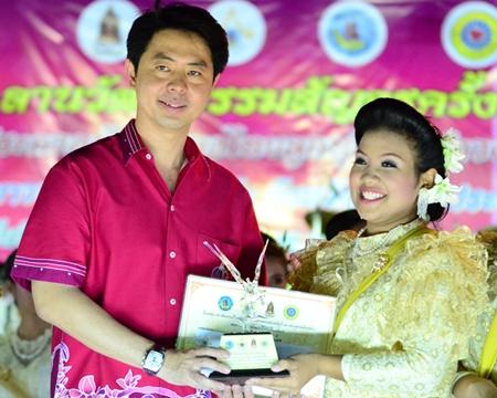 Chonburi MP, Poramet Ngampichet presents a trophy to first runner-up Phavikorn Chuangpanya from Pattaya School No. 8.