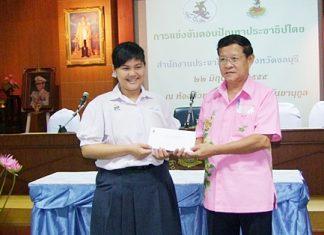 Thittirat Sritheerawiroj from the Chonburi Public Relation Department awards one of the winners.