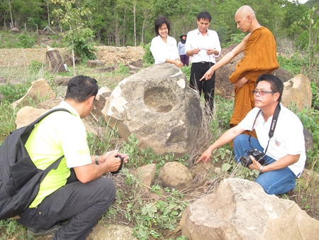 Monk Basanyasee Phikhu of the Jantharam Dhamma monastery points to another find.