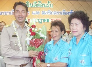 Newly re-elected Mayor Itthiphol Kunplome receives congratulations from the Pattaya Housewives and Ladies Group.