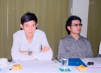 TAT officials Sanpech Supabowornsthian (left) and Prayuth Tamthum (right) announce the Amazing Thailand Grand Sale 2012.