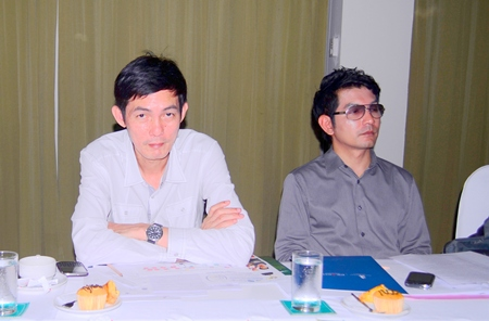 TAT officials Sanpech Supabowornsthian (left) and Prayuth Tamthum (right) announce the Amazing Thailand Grand Sale 2012.