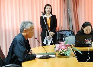 Chonburi mayor Decho Khongchayasukhwat addresses a meeting about the community recycling bank program.