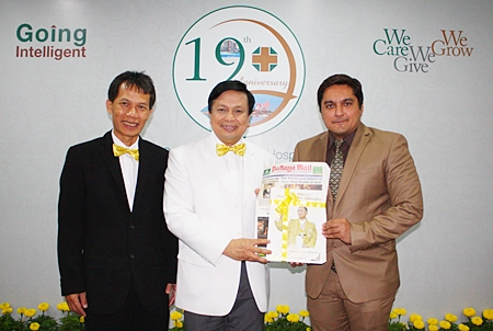 Kamolthep Malhotra (right), GM of Pattaya Mail Publishing Co. Ltd., congratulates Nopadol Nopkhun (center), director of Samitivej Sriracha Hospital and Saifon Suwan MD (left), assistant director on the 19th anniversary of Samitivej Sriracha Hospital.