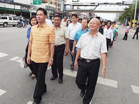 Mayor Itthiphol Kunplome and Deputy Mayor Wattana Chantanawaranon lead the parade to Sawangfa Phritharam Temple in Naklua.