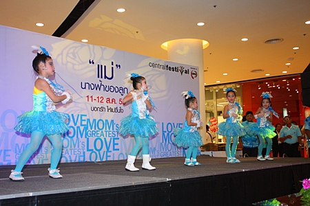 Students from Pattaya School No. 9 perform for their mothers at Central Festival Pattaya Beach.