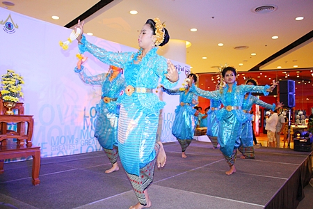 Older students from Pattaya School #9 perform ancient Thai dance for the Mothers of the Year ceremony at Central Festival Pattaya Beach.