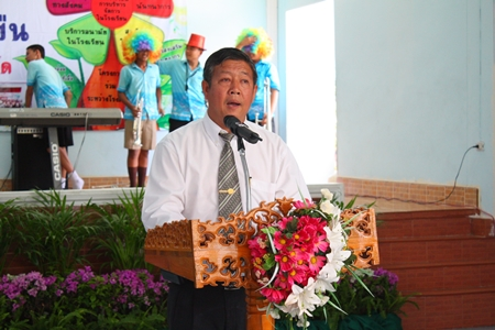 Jeerasak Jitsom, director of Pattaya School No. 5, welcomes the committee to his school.