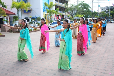 Students from Pattaya School No. 5 perform a welcome dance for the committee.