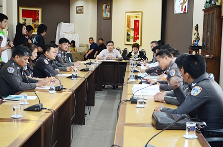 Deputy Mayor Wutisak Rermkitkarn presides over a meeting with the Consumer Protection Police Division and representatives of the Consumer Union.
