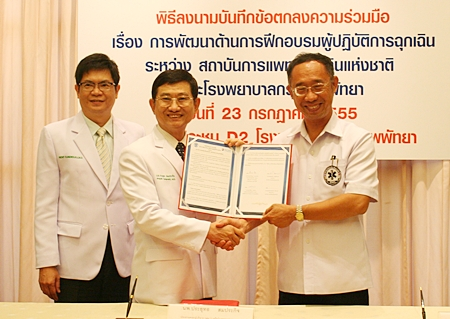 (L to R) Dr. Pichit Kangwolkij (hospital director), Dr. Prayuth Somprakit (chief executive of the Bangkok Hospital Group in the Eastern Region), and Secretary-general of the Emergency Medical Institute, Chatree Charoencheewakul sign the MOU.