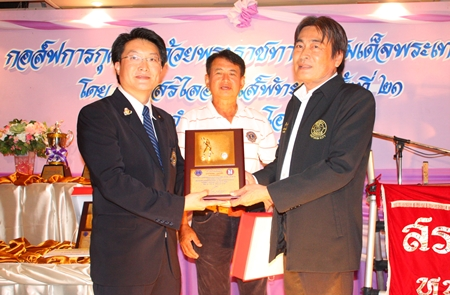 Pattaya Deputy Mayor Ronakit Ekasingh, right, receives a plaque of gratitude for his continued help in supporting this charity tournament.