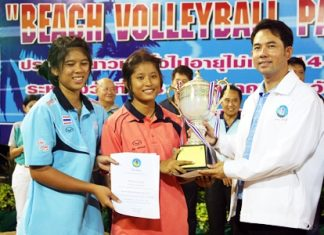 Pattaya Mayor Ittipol Kunplome presents the champion's trophy to the Kalasin 1 team, winners of the female Open category.