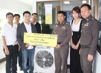 Saran Tantijamnaj (2nd left), director of Region 3 and acting general manager of Central Festival Pattaya Beach recently donated a 30,000 BTU air conditioner to the Pattaya police station. The cooling unit was thankfully received by Pol. Col. Thummanoin Munkhong the superintendent of the station. The Central Festival chief also provided staff to install the cooling unit.