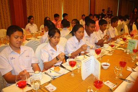 Banglamung students learn how to dine western style.