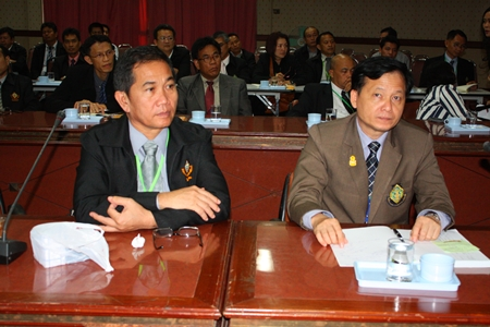 Uthin Suthisan (left) and Pol. Lt. Col. Preecha Namuangrak (right) lead a delegation of 90 ECT staff to study Pattaya's unique government.