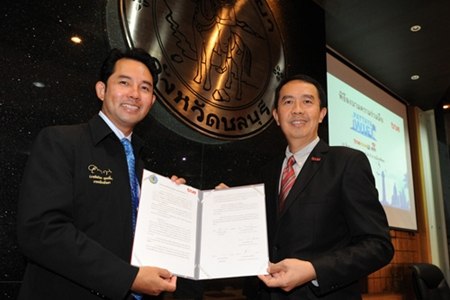 Mayor Itthiphol Kunplome (left) and Charoen Limkangwanmongkol (right) sign a contract for free WiFi in Pattaya.