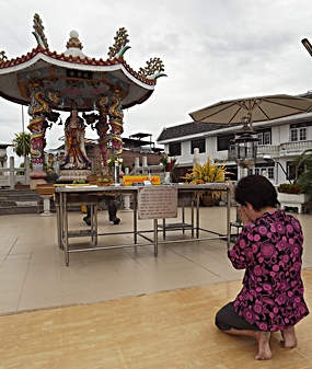 At Sawang Boriboon Thammasathan Pattaya, Thai-Chinese pray for blessings from their deities while raising money for coffins for those without relatives.