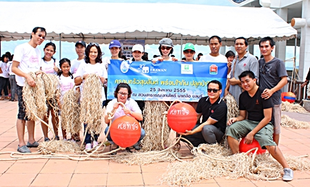 Kamonwan Wipulakorn (5th from left), president of the Erawan Group PLC., pose with employees from Holiday Inn Pattaya and Ibis Pattaya Hotel.