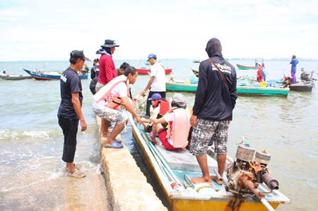 Holiday Inn Pattaya and IBIS Pattaya Hotel's employees board small boats ship to take their creations to the Naklua Reefs Preservation area.