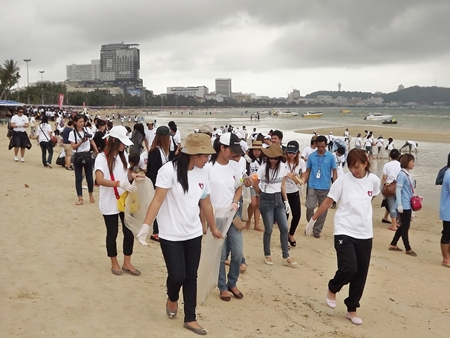 More than 2,000 people , including celebrities, participated in a Pattaya Beach clean up day last week.