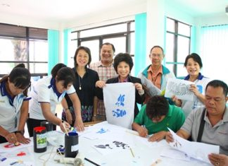 Pattaya council member Chanansa Sutthithamrongsawat (center) (4th holds up a design by one of the Sai community citizens.
