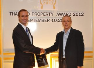 Kingdom Property Head of Sales and Marketing Henri Young, right, and Ensign Media and Thailand Property Awards CEO Terry Blackburn, left, shake hands on the new sponsorship agreement.