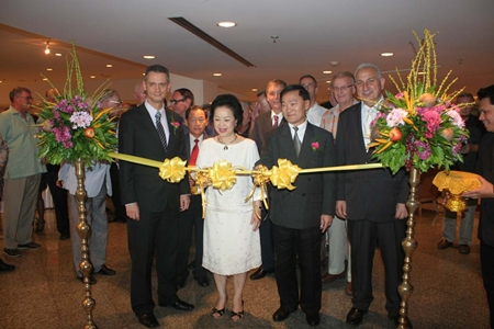 Panga Vathanakul (2nd left), MD Royal Cliff Hotels Group cuts the ribbon to launch the Stonefish wine tasting event. With her are Anirut Posakrisna (2nd right), chairman of Wine Dee Dee Co., Ltd., Royal Cliff GM Christoph Voegeli (left) and Stonefish Wines owner and Managing Director Peter Papanikitas (right).
