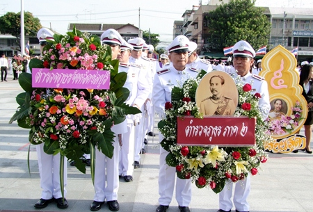 Chonburi officials lay wreaths and pay homage to HM King Chulalongkorn.