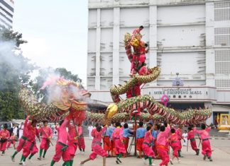 The dragon dances in front of Mike Shopping Mall at last year's Vegetarian Festival.