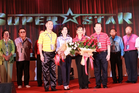 Pradit Phataraprasit (left), president of CMA 14 presents a flower bouquet to Khunying Chodchoy Sophonpanich (3rd left), Sansak Ngampichet (right) and Supatra Chirathivat (2nd left).