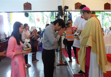 Deputy Mayor Ronakit Ekasingh receives the blessing from Bishop Silvio.