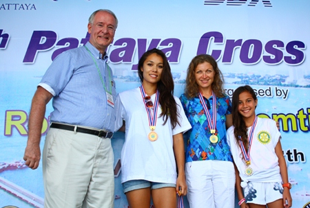 (L to R) President Dieter Reigber poses for a picture with the first three swimmers in the 1.2 km race: Jojina Wilson, Natalia Lunev and Jasmine Gebbie.