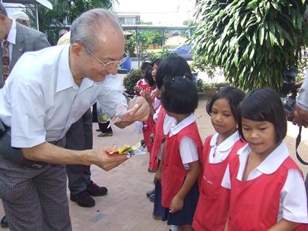 Children welcome Past President Michitaro Morita from Japan.