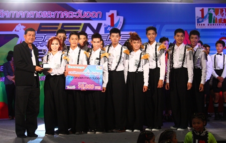 Banglamung District Chief Chawalit Saeng-Uthai (left) presents the second runner-up trophy to V.S Power Team from Visut Rangsee School, Kanchanaburi, in the teenage division