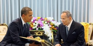 His Majesty King Bhumibol Adulyadej the Great grants an audience to US President Barack Obama at Siriraj Hospital in Bangkok, Sunday, Nov. 18. This was Obama's first foreign trip after winning re-election earlier this month. (AP Photo/Royal Household Bureau)