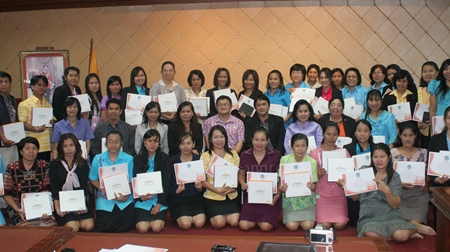 Deputy Mayor Verawat Khakhay (center) presents completion certificates to teachers after two days of tablet computer training.