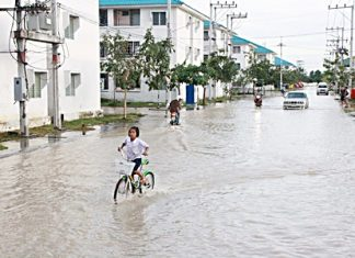 Flooding continues at the Ouay Athorn development in Sattahip, affecting up to 4,600 families.