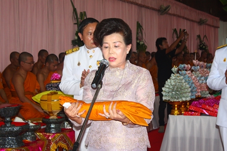 Before presenting the Kathin robes at Wat Chaimongkol, Suporn Rattanchet recites a royal message from HM the King.