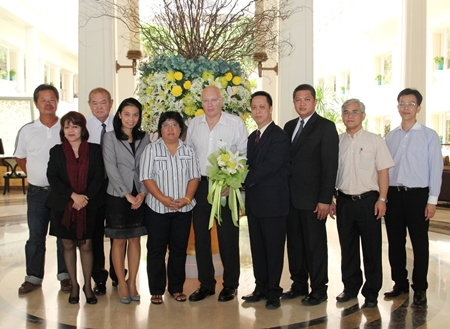 Dusit Thani Pattaya management led by resident manager Neoh Kean Boon (4th right) pose with tournament organizers Pentangle Promotions and their managing director Geoffrey Rowe (center) at a meeting held to discuss preparations for the 2013 PTT Pattaya Open tournament.