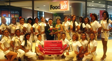 "Contestants in the Miss International Queen beauty pageant, led by Sirapassorn ""Sammy"" Auttayakorn, show their appreciation to Saran Tantijumnan, GM of the Central Festival Pattaya Beach, for their kind sponsorship and hospitality during their visit to the Pattaya recently."